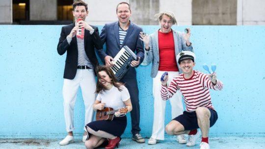 De matrozen van Les Quatre au Quai halen Franse chansons van onder het stof