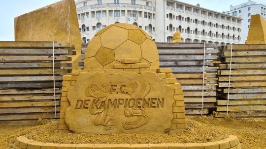 Middelkerke eert F.C. De Kampioenen met zandsculpturenfestival